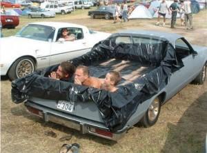 Бассейн в кузове автомобиля.