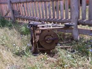 Газонокосилка из старого пылесоса.