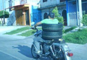 Перевозка колес на мотоцикле