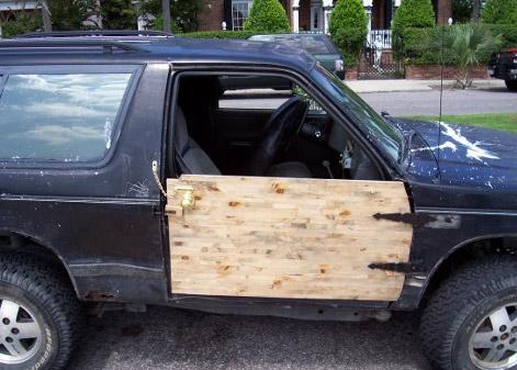Деревянная дверь на авто