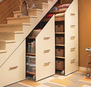 Встроенный шкаф под лестницей.