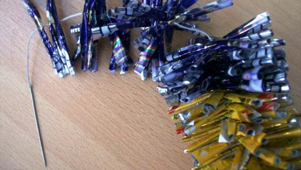 Бумажные гирлянды из конфетных фантиков своими руками