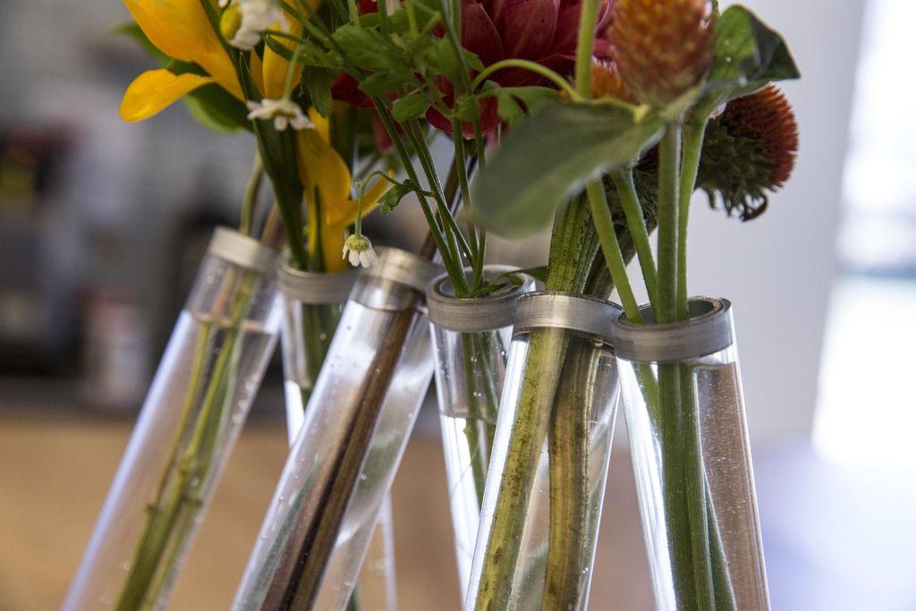 Небольшие дизайнерские вазы из стеклянных трубок