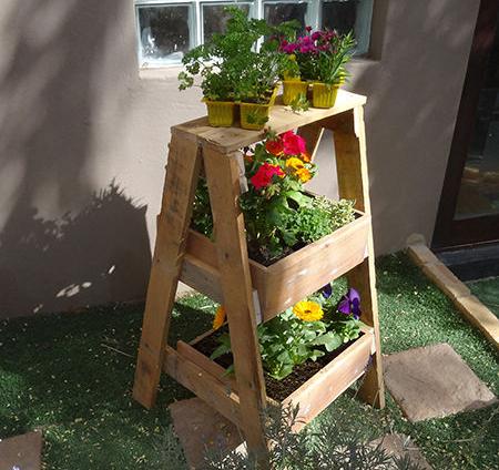 Переносная клумба для цветов в виде стремянки