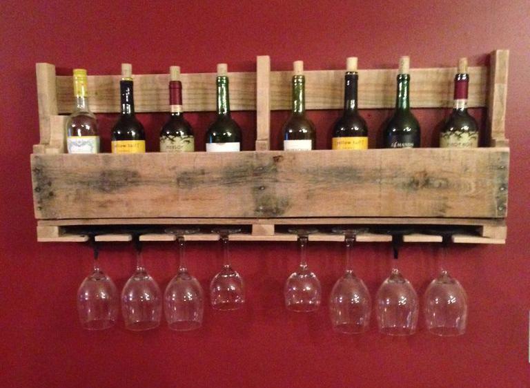 Полка для вина и бокалов из деревянного поддона