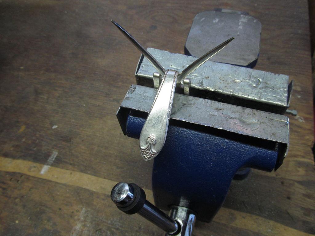 Прикольный магнит из столовой вилки своими руками