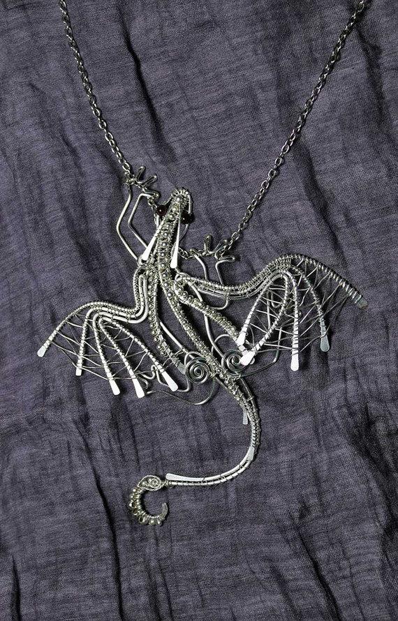 Восхитительный дракон из проволоки и бисера
