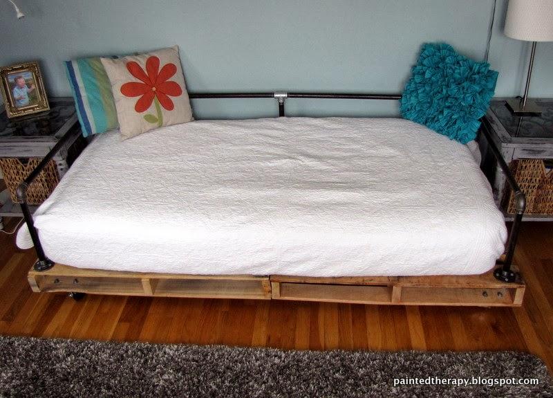 Кровать своими руками из деревянных паллет и металлических труб