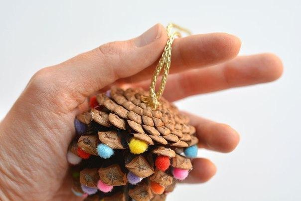 Елочные игрушки из шишек