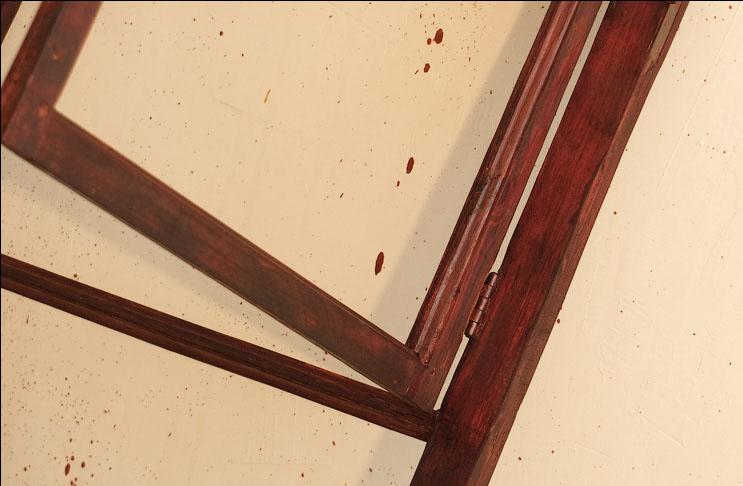 Обработка деревянного окна морилкой при реставрации