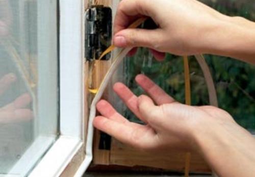 Приклеивание уплотнителя на окно