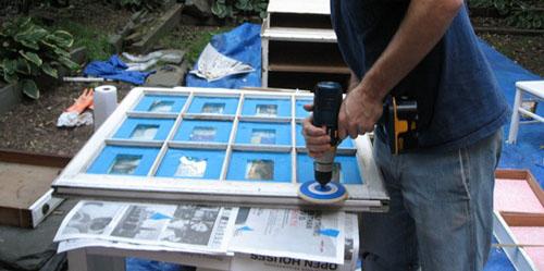 Шлифовка деревянного окна перед обработкой