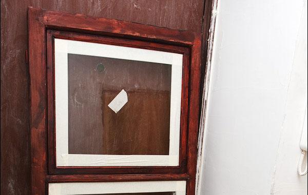 Заклеивание стекла строительным скотчем перед лакировкой
